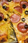 Пицца с салями, сыр и оливки — стоковое фото