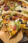 Pedaço de pizza com pimentos e azeitonas — Fotografia de Stock