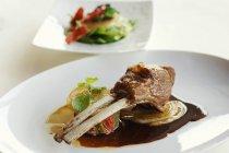 Rack arrosto di agnello con salsa — Foto stock