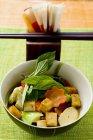 Тофу с овощами и тайским базиликом — стоковое фото