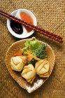 Frittierte Wan Tan mit Salat — Stockfoto