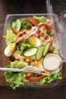 Salatblätter mit Ei — Stockfoto