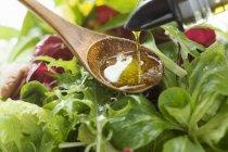 Colata di olio d'oliva in insalata — Foto stock