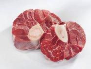 Trozos de carne cruda de pierna - foto de stock