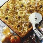 Pizza de cebola com anchovas — Fotografia de Stock