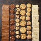 Biscuits de Noël en rangées — Photo de stock