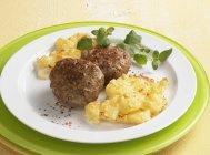 Polpette di carne con patate al gratin — Foto stock