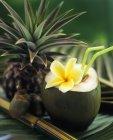 Noix de coco ouverte avec des pailles — Photo de stock