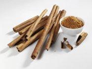 Bastoncini di cannella e cannella in polvere — Foto stock