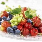 Cerezas y bayas frescas - foto de stock