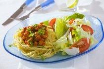 Свежий спагетти с мясным фаршем — стоковое фото