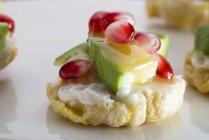 Pastel de maíz con salsa de aguacate y caramelo - foto de stock