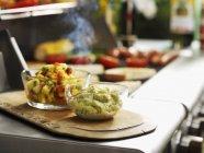Mostarda di pomodori verdi e salsa in vasetti di vetro sopra la scrivania in legno — Foto stock