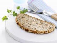Fetta di pane del granaio con cerfoglio — Foto stock