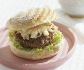 Hamburger di manzo con insalata di cavolo — Foto stock