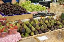 Свежие спелые ягоды и фрукты — стоковое фото