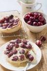 Вишневий пиріг з зледеніння, цукру і заварним кремом — стокове фото