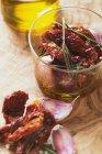 Tomates secos con romero y aceite de oliva - foto de stock