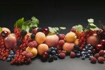 Pesche con albicocche e frutti di bosco misti — Foto stock