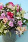 Крупный план красочных летних цветов в вазе — стоковое фото
