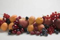 Абрикоси, персики і змішану ягоди — стокове фото