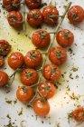 Смажені помідори Черрі, на білій поверхні — стокове фото
