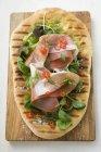 Prosciutto di Parma ed erbe su pane pizza — Foto stock