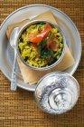 Шафрановый рис с смородины в миску — стоковое фото