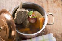 Бульон с говядиной и суп овощами — стоковое фото