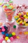 Dulces surtidos en gafas - foto de stock