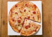 Pizza Margherita in Scheiben geschnitten — Stockfoto