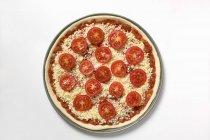 Pizza non cotta sopra bianco — Foto stock