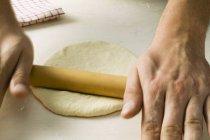 Rotolamento pasta per pizza chef — Foto stock