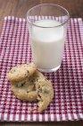 Cookies de amora e copo de leite — Fotografia de Stock