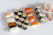 Diferentes tipos de sushi - foto de stock