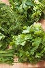 Vista de cerca de Bodegón de hierbas fresco - foto de stock