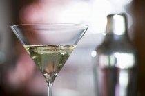 Detailansicht der Cocktailglas mit cocktail-Shaker auf Hintergrund — Stockfoto