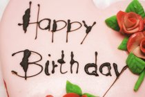Pastel de cumpleaños en forma de corazón Rosa - foto de stock