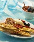 Crostini con aglio arrostito e brie sulla zolla bianca — Foto stock