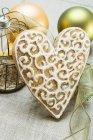 Corazón de jengibre en mantel - foto de stock