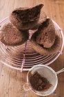 Panini al cioccolato su rack torta — Foto stock