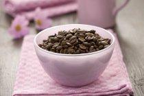 Piccola ciotola di chicchi di caffè — Foto stock