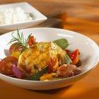 Petto di pollo brasato e ciotola di riso — Foto stock