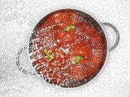 Червоний перець дозріла в друшляк — стокове фото