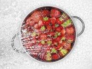 Миття свіжих, здорових, стиглих полуниць — стокове фото