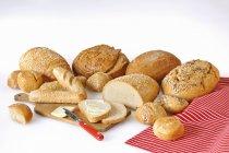 Variedad de panes frescos y rollos - foto de stock