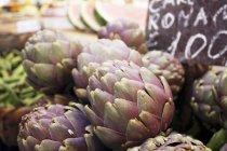 Carciofi freschi al mercato di strada — Foto stock
