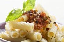Rigatoni-Nudeln mit Tomatensauce — Stockfoto