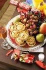 Uva e pere e bicchiere di Champagne — Foto stock