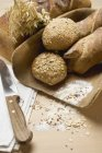 Baguettes und Vollkornbrötchen — Stockfoto